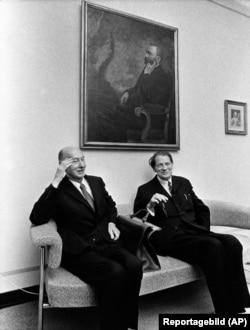 یک مورد جنجالی جایزه نوبل ۱۹۷۴ بود؛ جایی که با وجود کسانی چون گراهام گرین و ولادیمیر ناباکوف، دو عضو آکادمی نوبل برنده این جایزه شدند