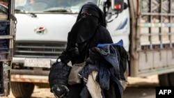Летом 2014 года Умм Айша, не сказав матери, взяла с собой сестру, которая младше ее на два года, и уехала в Сирию. Спустя пять лет «адской жизни» в самом пекле войны она вернулась на родину. Иллюстративное фото