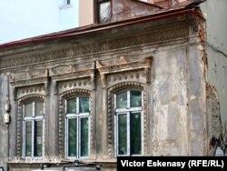 Fațadă de secolul XIX cu ferestre termopan... (Str. Berzei) București
