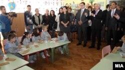 Министерот за образование Панче Кралев и високиот претставник за национални малцинства на ОБСЕ, Кнут Волебек, во посета на училиштето Рајко Жинзифов во населбата Топанско Поле.