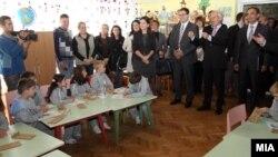Министерот за образование Панче Кралев и високиот претставник за национални малцинства на ОБСЕ, Кнут Волебек, во посета на училиштето Рајко Жинзифов во населбата Топанско Поле.(едно од училиштата кое сега доби ново име)