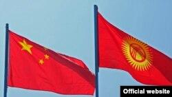 Флаги Китая и Кыргызстана.