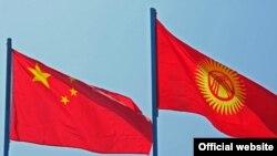 Флаги Кыргызстана и Китая.