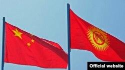 Кытай менен Кыргызстандын мамлекеттик туулары.