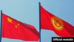Флаги Китая (слева) и Кыргызстана.