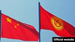 Қытай туы (сол жақта) мен Қырғызстан туы.