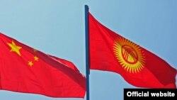 Государственные флаги Кыргызстана (справа) и Китая.