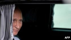 """""""Дар первопроходства"""", """"стремление к общественному благу""""; по мнению немецких политических и общественных деятелей, эти статусные положения премии """"Квадрига"""" не вполне приложимы к ее новому лауреату, премьер-министру России Владимиру Путину"""
