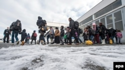 Беженцы у полицейского участка в Германии. 16 января 2016 года.