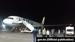 Самолет в аэропорту на фото, распространенном МИД Казахстана 18 августа 2021 года