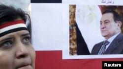 Сторонница Хосни Мубарака с его портретом
