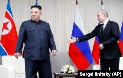 Президент России Владимир Путин (справа) и лидер Северной Кореи Ким Чен Ын перед началом пресс-конференции во Владивостоке, 25 апреля 2019 года.