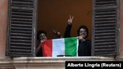 Građani sa italijanskom zastavom tokom karantina u Rimu.