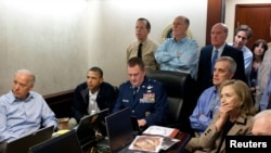 Američki predsednik Barak Obama (drugi sleva) i potpredsednik Džo Bajden (levo), zajedno sa članovima tima za nacionalnu bezbednost, dobijaju nove informacije o misiji protiv Osame bin Ladena u sigurnoj sobi Bele kuće, 01. maj 2011.