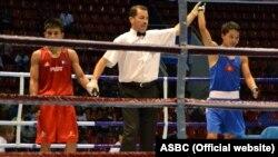 Азат Үсөналиев Азия чемпиондугун чейрек финалында филиппиндик Кларк Баутистаны жеңген учур. 2-сентябрь, 2015-ж.