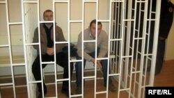 Ադրբեջան - Բլոգերներ Ադնան Հաջիզադեն եւ Էմին Միլին դատարանի դահլիճում, Բաքու, դեկտեմբեր, 2009թ.։ Երկու բլոգերները ազատ արձակվեցին 2010-ի նոյեմբերին` նրանց ազատազրկմանը միջազգային հանրության կտրուկ հակազդեցության արդյունքում։