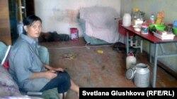 Гулжаз Абжамалова в одной из комнат, занятой ею квартиры. Город Сатпаев Карагандинской области. 10 июля 2014 года.