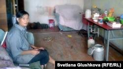Гүлжаз Әбжамалова кіріп алған пәтерінің бір бөлмесінде отыр. Сәтбаев қаласы, 10 шілде 2014 жыл.