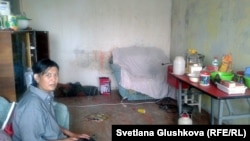 Гүлжаз Әбжамалова басып кірген пәтерінде отыр. Сәтпаев қаласы, 10 шілде 2014 жыл.
