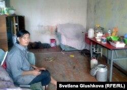 Гулжаз Абжамалова в комнате занятой ею квартиры. Город Сатпаев Карагандинской области. 10 июля 2014 года.