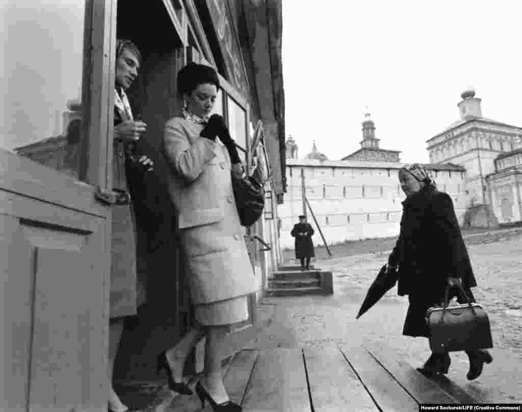 Моделі виходять із монастиря. Провідний радянський дизайнер одягу проголосив, що одяг Діора «найвищого ґатунку», і відразу зробив застереження з урахуванням радянських норм: ніщо в цій колекції «не є для нас неприйнятним»