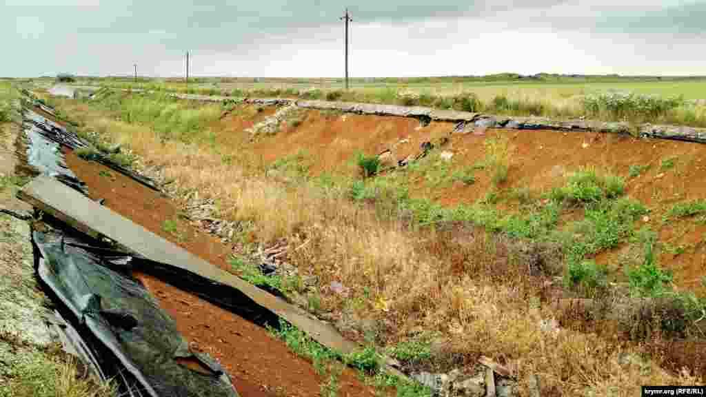 Жодних ознак присутності води. Тільки пересохлий канал, сухостої та сільська дорога