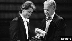 Уэйн Гретцки (слева) получает Art Ross Trophy из рук Горди Хоува во время церемонии награждения НХЛ в Торонто, 1987