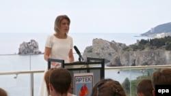 Офіційний представник МЗС РФ Марія Захарова виступає перед дітьми в «Артеку» після анексії Криму