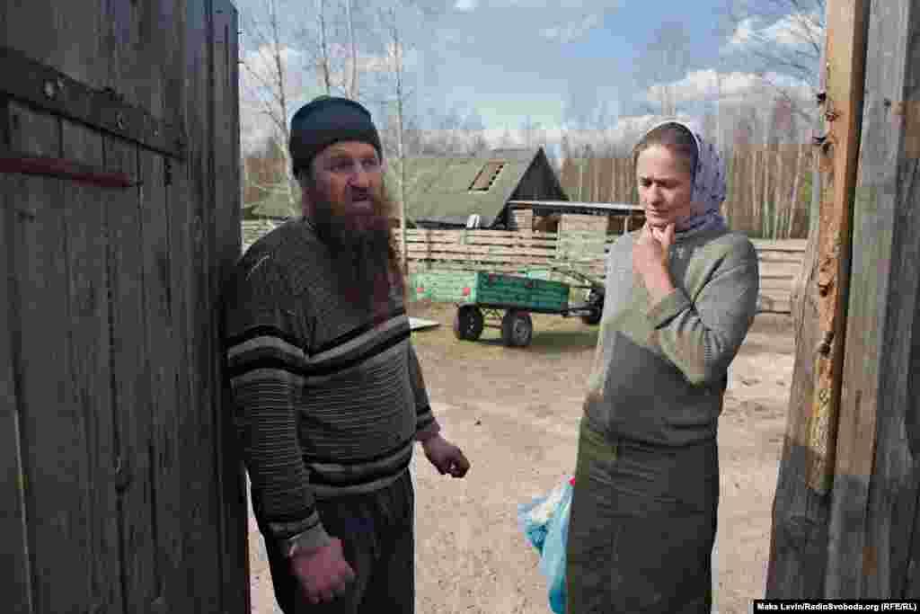 Місцеві жителі села Личмани, отець Олександр і його дружина Наталія. Вони врятували свій будинок від пожежі. Згоріла частина вуликів, загубилися вівці