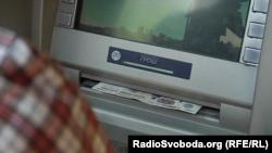 На банкоматах написано «гроші», але видають вони російські рублі