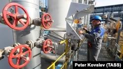 A nyomásmérőket ellenőrzi a Gazprom munkatársa az Északi Áramlat 2 gázvezeték kiindulópontján, a Szlavjanszkaján 2021. július 27-én