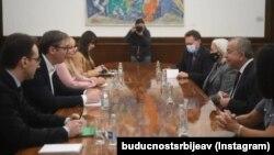 Shefi i Misionit të Kombeve të Bashkuara në Kosovë (UNMIK), Zahir Tanin (djathtas) dhe presidenti serb, Aleksandar Vuçiq, gjatë takimit të 7 tetorit.