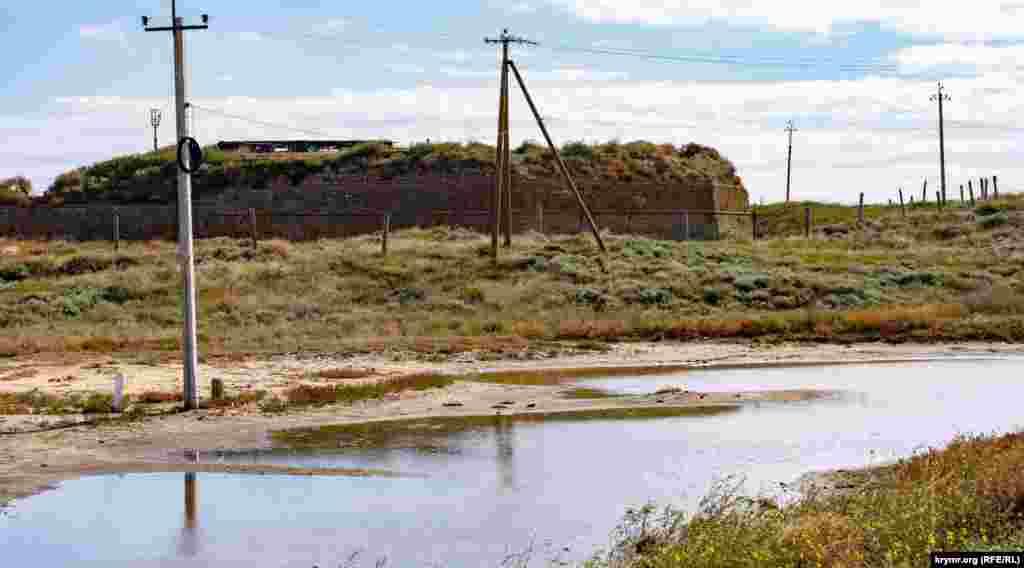 Вид на крепость с начала Арабатской стрелки – песчаной косы длиной 100 километров, отделяющей Азовское море от мелководного соленого озера Сиваш