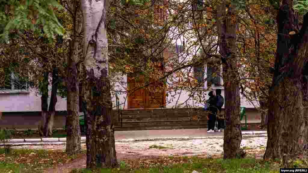 У подъезда студенческого общежития
