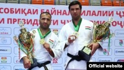 Комроншо Устопириён (слева) и Темур Рахимов завоевали золотые медали турнира