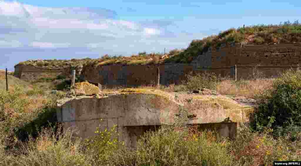 Дот перед крайним бастионом крепости Арабат был сооружен немцами уже в годы Второй мировой войны