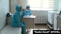 В прививочных пунктах столичных поликлиник безлюдно. Душанбе, 5 октября 2021 года