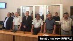 Жители поселка Жангала Западно-Казахстанской области, обвиненные в пропаганде терроризма и подготовке к теракту, и их адвокаты (на переднем фоне) во время оглашения приговора суда. Уральск, 21 июня 2017 года.