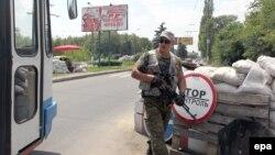 Бойовик угруповання «ДНР», яке в Україні визнано терористичним, біля міста Донецьк, 23 липня 2014 року