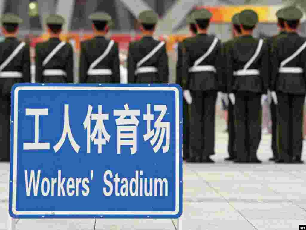 پلیس چین در اطراف محل برگزاری جشن آغاز بازی های المپیک