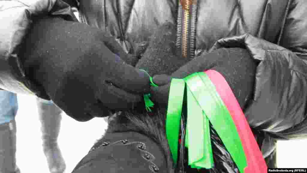 Волонтери роздавали перехожим символи доброти – зелені та червоні стрічки