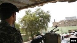 شرطي عراقي في نقطة تفتيش ببغداد