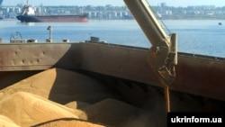 Перевантаження зерна на терміналі СП «Нібулон» у Миколаїв