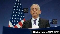 Меттіс заявив, що США і їхні союзники продовжують збирати інформацію про ймовірну хімічну атаку в Сирії