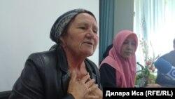 Нурия Агаева (слева), мать осуждённого жителя Сарыагашского района Рафхата Агаева, и Нилюфар Агаева, его жена. Шымкент, 28 мая 2018 года.