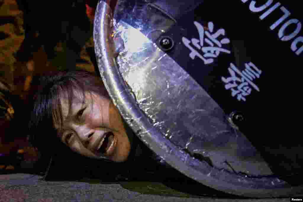 Участницу акции протеста задерживает спецназ, Гонконг, 2 сентября 2019 года. Жители автономии были уверены, что закон об экстрадиции будут использовать для преследования людей по политическим мотивам.