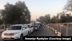 Вереница автомобилей в очереди на прохождение границы Кыргызстана с Казахстаном. 11 октября 2017 года.