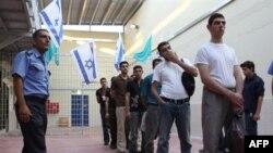 دولت اولمرت دریک سال و نیم اخیر حدود ۱۵۰۰ زندانی فلسطینی را آزاد کرده است. این زندانیان درچند گروه آزاد شدهاند. (عکس: AFP)