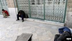 عدهای معتاد خارج از مسجدی در تهران