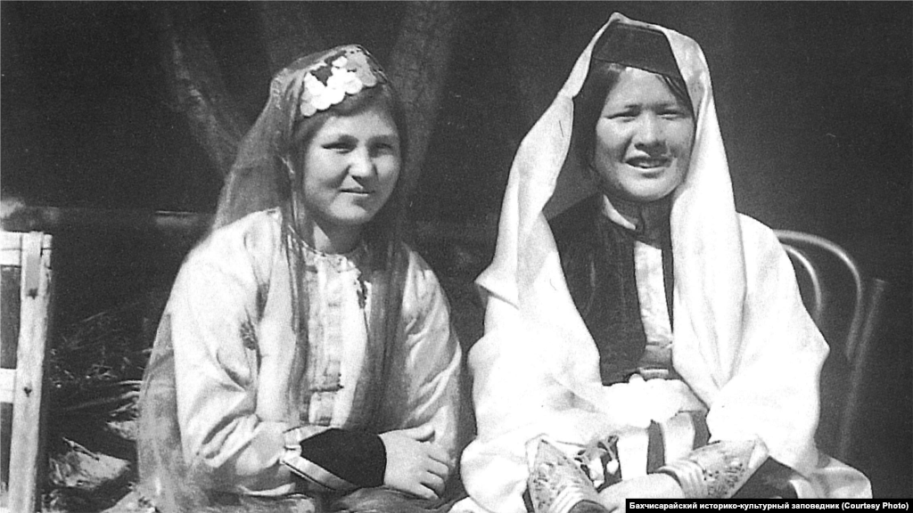Crimean Tatar women in Bakhchysaray during the 1920s sport braided hair. It was common for them to wear a velvet hat embroidered with gold, silver, or sometimes decorated with small coins.